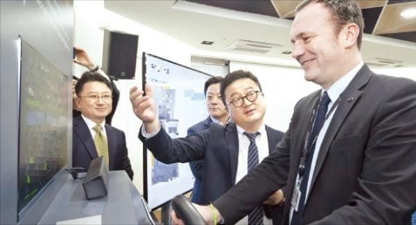 도미니크시뇨라 르노삼성자동차 대표(오른쪽)가 경기 성남시에 있는 '르노 오픈이노베이션 랩 코리아'에서 개발 중인 신기술을 시연하고 있다.  르노삼성자동차 제공