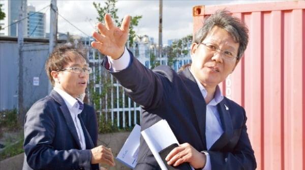 변성완 부산시장 권한대행(오른쪽)은 지난 19일 부산 북항 재개발사업 현장을 방문해 사업 진행 상황과 계획을 들었다.  부산시 제공