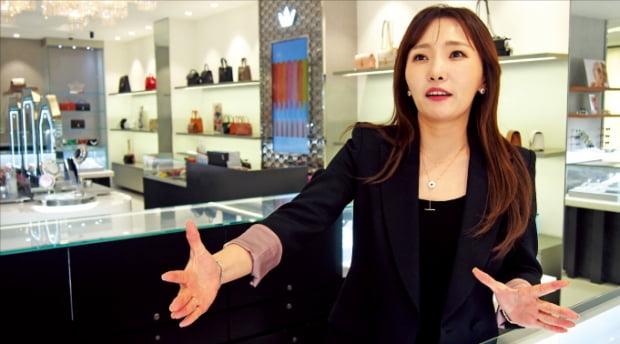 """김유미 제이에스티나 대표는 서울 가락동 본사 1층 매장에서 """"3년 안에 연매출 1300억원대를 회복할 것""""이라고 밝혔다. 민지혜 기자"""