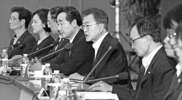 문재인 대통령이 지난해 5월 정부세종컨벤션센터에서 청와대와 정부, 여당 주요 관계자가 참석한 가운데 국가재정전략회의를 주재하고 있다.  한경DB