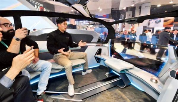 현대모비스가 올해 CES에서 선보인 전기차 기반 공유콘셉 엠비전S는 사이드미러를 카메라로 대체해 주변 환경을 대형 스크린으로 실시간 확인할 수 있다.  현대모비스  제공