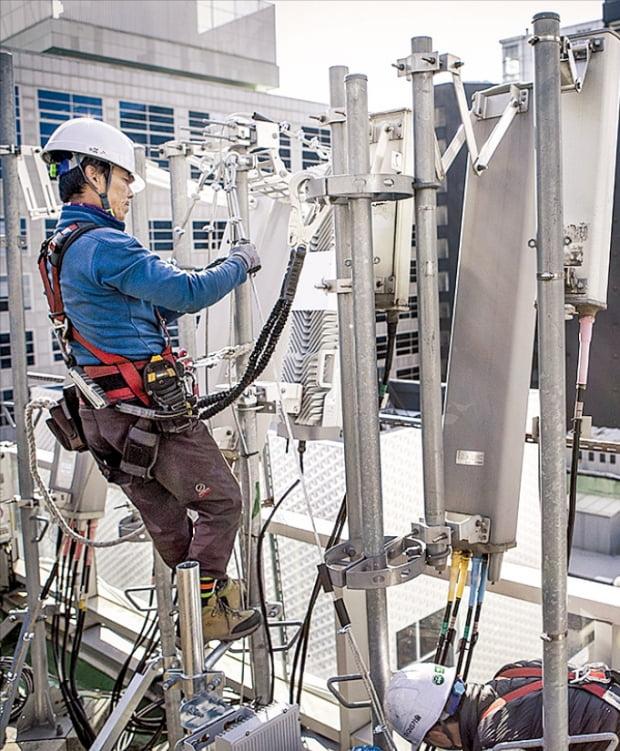 한 통신사 직원이 5세대(5G) 이동통신용 기지국을 점검하고 있다.  한경DB