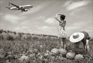[사진이 있는 아침] 소녀의 마음은 비행기를 따라