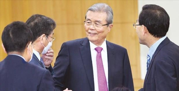 김종인 미래통합당 비상대책위원장(가운데)이 27일 국회에서 열린 전국조직위원장 회의에 참석해 주호영 원내대표(오른쪽) 등 참석자들과 인사하고 있다.  /뉴스1