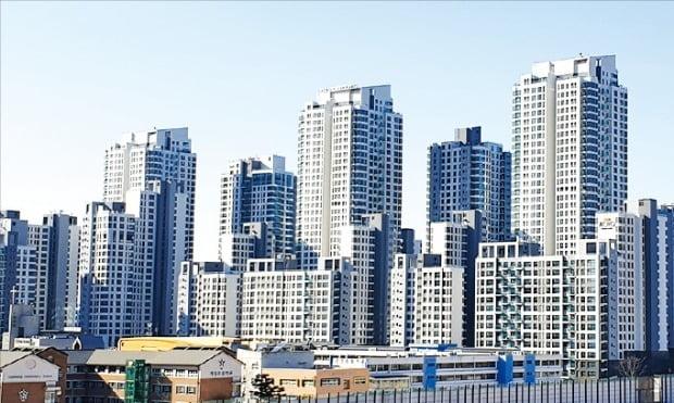 서울 한강변 신축을 대표하는 단지로 꼽히는 반포동 아크로리버파크. 총 1612가구 규모로 2016년 8월 준공됐다.  /한경DB