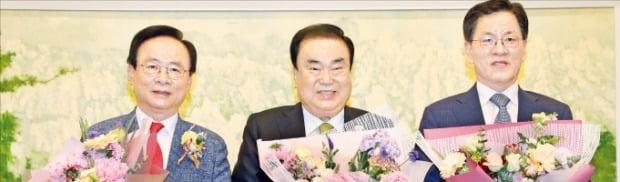 문희상 국회의장(가운데)과 이주영(왼쪽)·주승용 국회부의장이 29일 국회에서 열린 20대 후반기 국회의장단 퇴임식에서 꽃다발을 받고 기념촬영하고 있다. /뉴스1