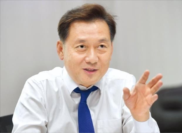 """이광재 더불어민주당 의원은 """"국회가 명분이 아니라 솔루션을 가지고 경쟁해야 한다""""고 말했다. 이 의원이 지난 26일 국회에서 한국경제신문과 인터뷰하고 있다. 김범준 기자 bjk07@hankyung.com"""