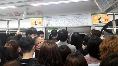 '생활방역 첫날' 출근길 지하철 내 거리두기는 불가능