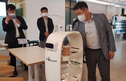 로봇이 커피 제조부터 서빙까지…대덕특구기업 '로봇 카페' 오픈