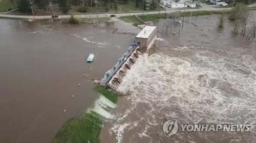미 미시간주 폭우로 댐 2곳 범람·유실, 1만명 대피령