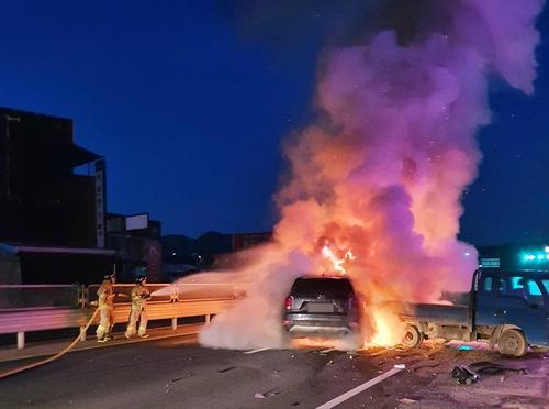 음주운전 SUV 주차 트럭 들이받고 불…인명피해 없어