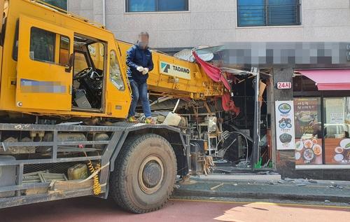 """성남서 크레인 차량이 식당 덮쳐…""""인명피해 없어"""""""