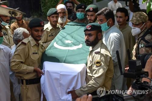 파키스탄 추락기 블랙박스 회수…사망자 97명 장례 시작