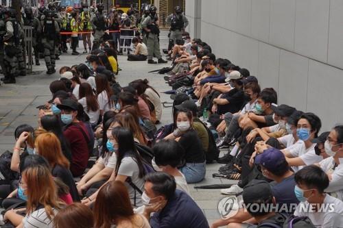 """홍콩서 국가법 반대시위…""""경찰 저지 속 약 300명 체포"""""""