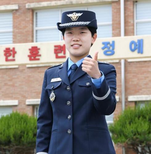 공군 학사사관후보생 409명 임관…3대째 공군장교 탄생(종합)