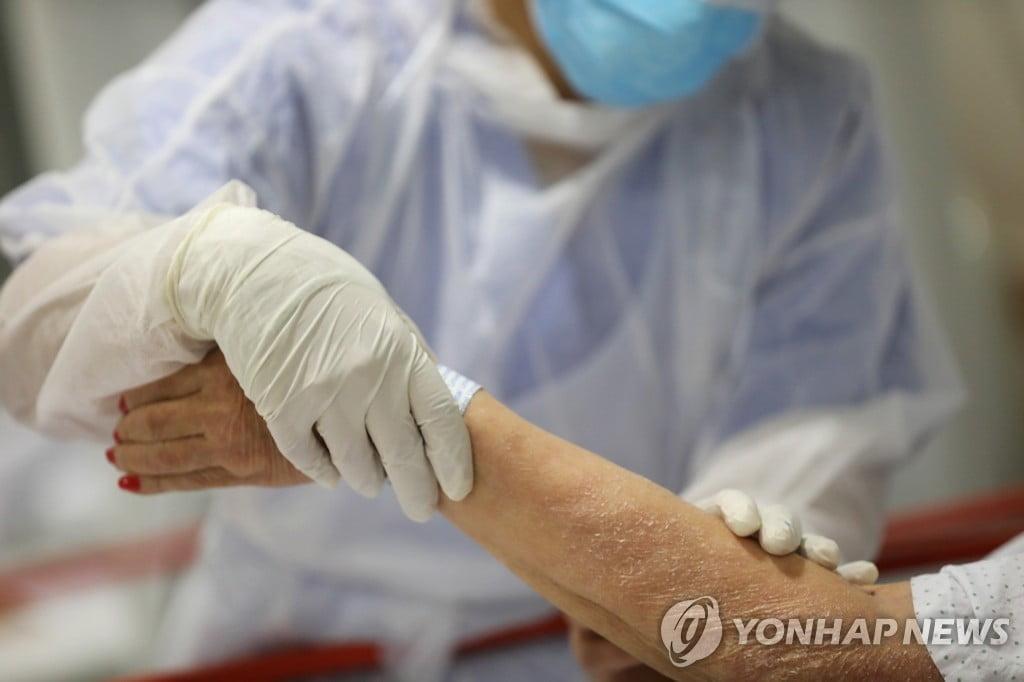 """스페인서 113세 여성 코로나19 환자 완치 판정…""""운이 좋았다"""""""