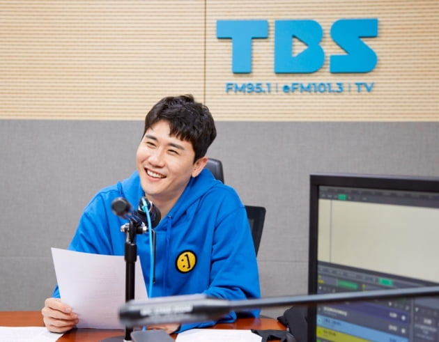 라디오에 출연한 가수 영탁/ 사진=TBS 제공