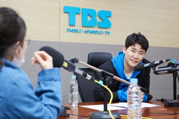 '최일구의 허리케인 라디오'에 출연한 가수 영탁/ 사진=TBS FM