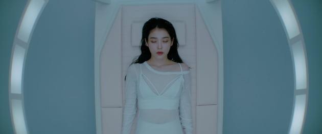 가수 아이유 '에잇' MV 티저 이미지 / 사진제공=EDAM엔터테인먼트