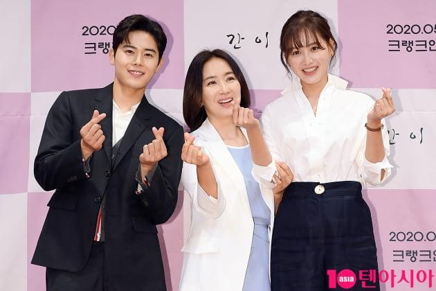 [TEN 포토] 김동준-윤유선-김재경 '손하트로 대동단결'