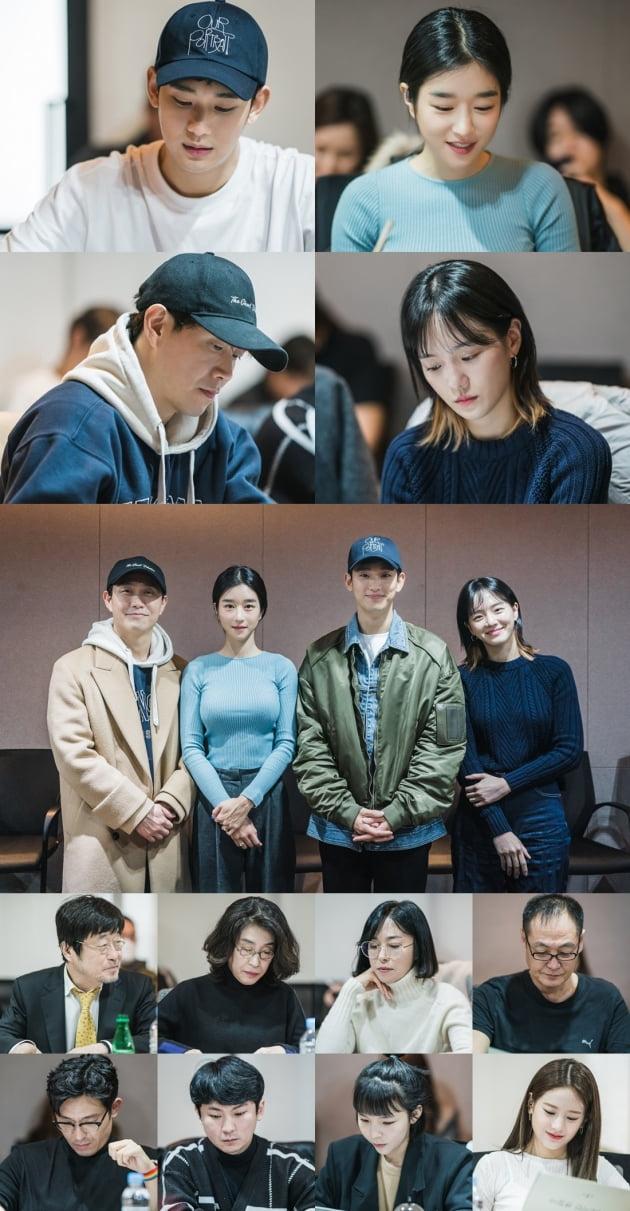 김수현 드디어…'사이코지만 괜찮아' 대본리딩 현장 공개