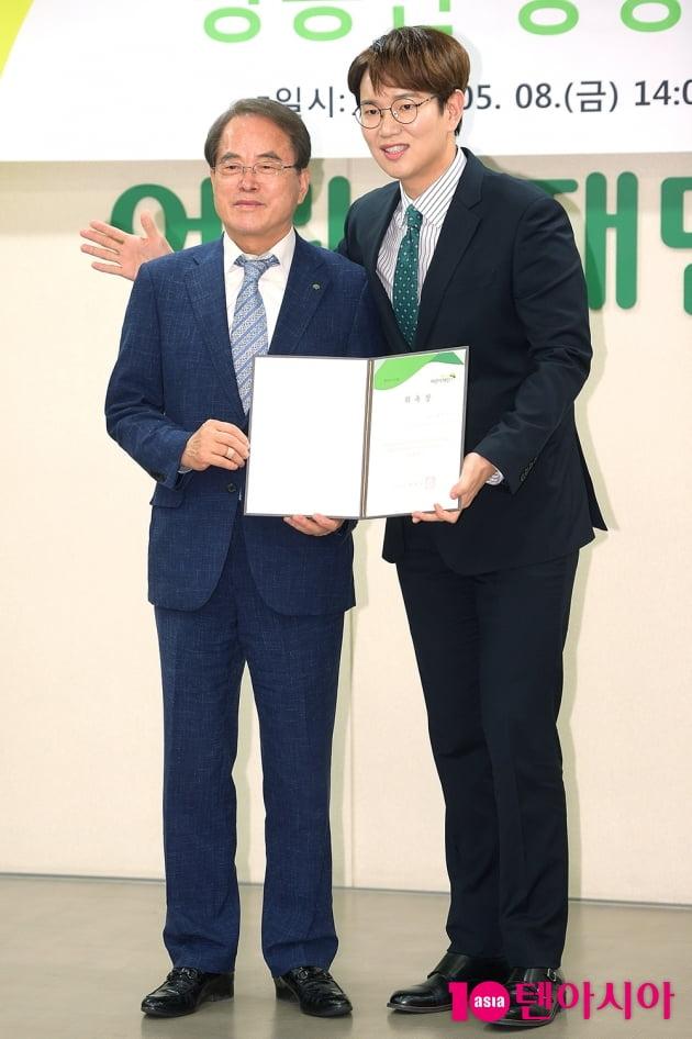 [TEN 포토] 장성규 '이제훈 회장 어깨에 매너손'