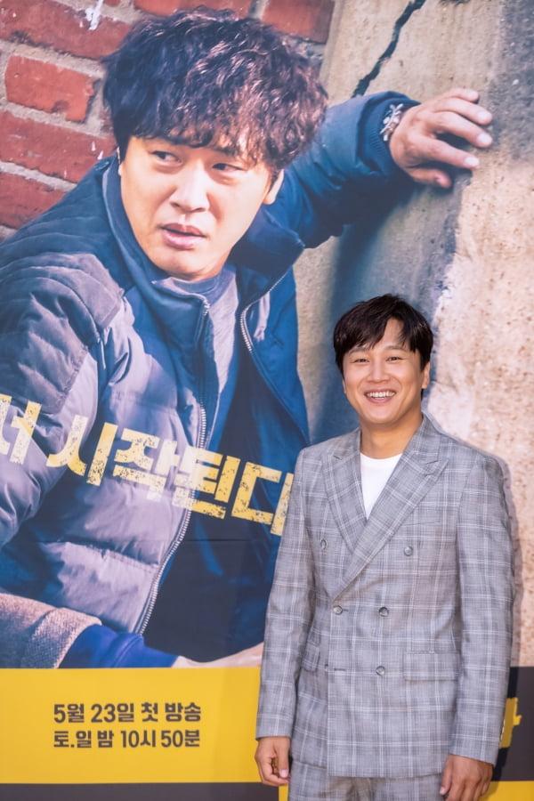 배우 차태현은 '번외수사'에서 한 번 잡은 사건은 절대 놓지 않는 형사 진강호 역을 맡았다. /사진제공=OCN