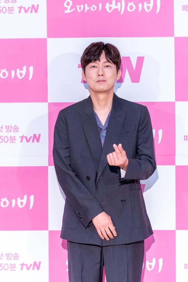 [TEN 포토] '오 마이 베이비' 박병은, '무심한 듯 시크한 하트'