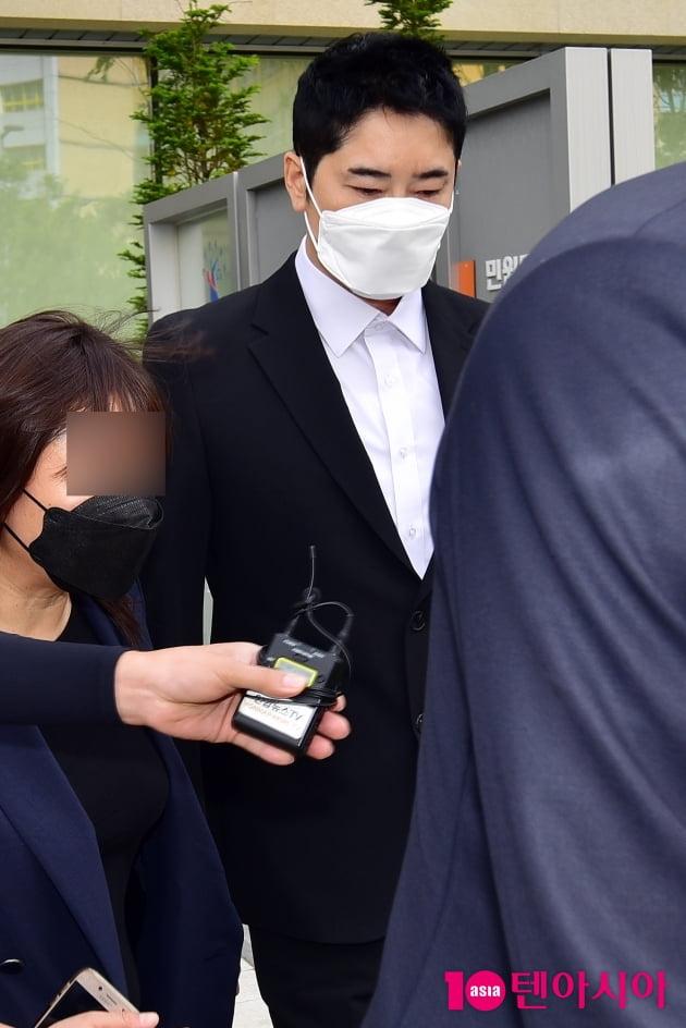 [TEN 포토] '성폭행 협의' 법원 나서는 강지환