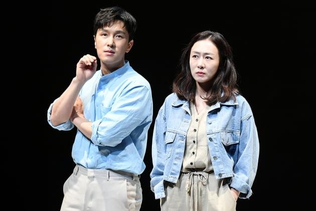 [TEN 포토] 김동완-이진희 '사랑싸움 중'