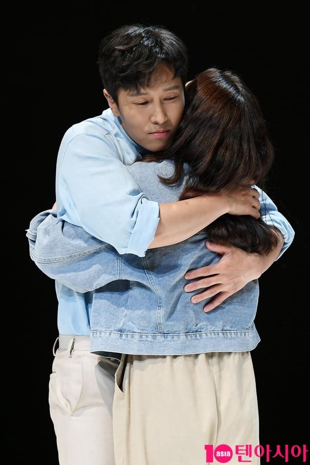 [TEN 포토] 김동완-이진희 '뜨거운 포옹'