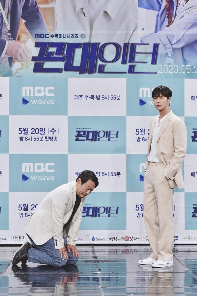 [TEN 포토] '꼰대인턴' 박해진X김응수, '무릎 꿇은 선배 꼰대'