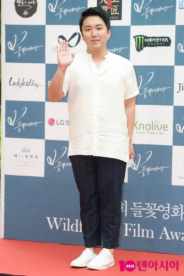 [TEN 포토] '들꽃영화상' 곽민규, '정직한 손인사'