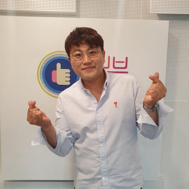 김호중이 SBS 러브FM '이숙영의 러브FM'에 게스트로 출연해 인증샷을 찍고 있다. /사진제공=SBS