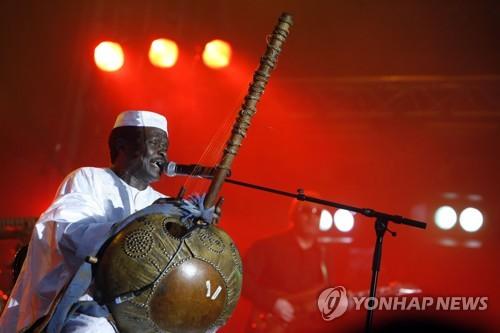 아프리카 첫 '밀리언셀러 뮤지션' 모리 칸테 별세…향년 70세