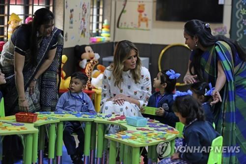 """멜라니아, '코로나 원격수업' 학생들 격려…""""자랑스럽다"""""""
