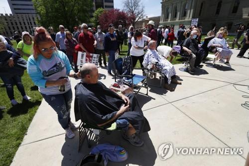 미 미시간주 재택명령 연장에 집단이발 시위로 불만 표출
