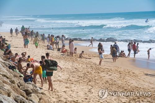 """유럽해변 벌써 북적북적…보건당국·전문가 """"그럴때 아냐"""" 경악"""