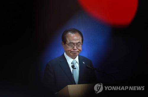 사퇴 공증했던 '법무법인 부산' 오거돈 변호 맡아 논란(종합)