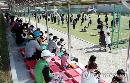 등교 첫날 고3 등 확진자 늘어난 인천…66개교 귀가·검사 행렬(종합)