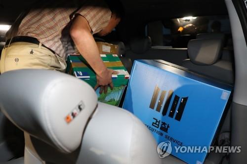 '회계의혹' 정의연 사무실 밤샘 압수수색…12시간 만에 종료