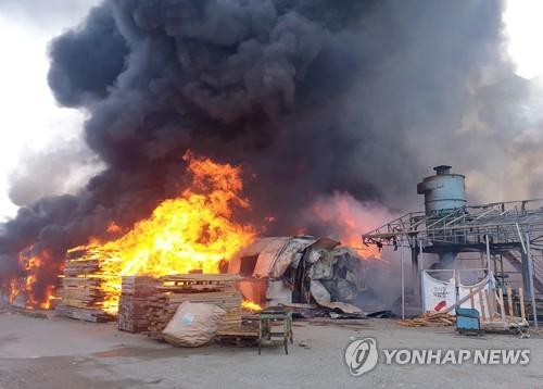김해서 연접한 공장 2곳 화재, 10시간 만에 꺼져…12억원 피해(종합)