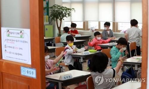 첫 학교생활 초등 1년 의외로 차분했다…학부모는 여전히 불안