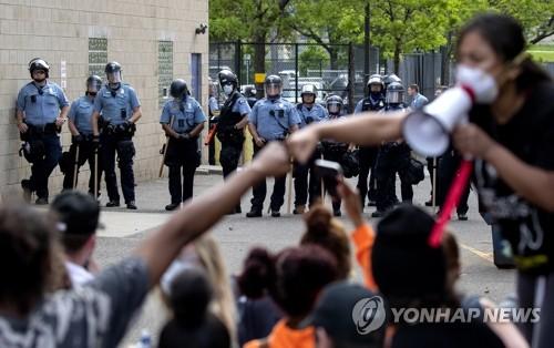 미 경찰에 목눌려 흑인 숨지자 유혈폭동 파문…주방위군 소집