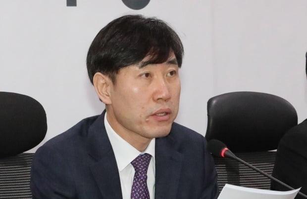"""하태경 미래통합당 의원이 23일 민경욱 의원의 'FOLLOW THE PARTY'라는 구호를 중국 해커가 심어놨다는 주장에 대해 """"이성의 영역을 넘어선 것""""이라고 비판했다. /사진=연합뉴스"""