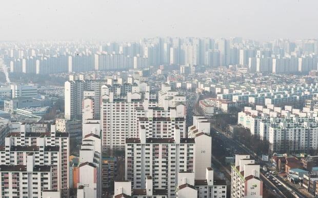 정부의 '12·16 부동산 대책' 이후 수도권 지역으로 주택수요가 몰리고 있다. 수원 아파트 전경. 연합뉴스