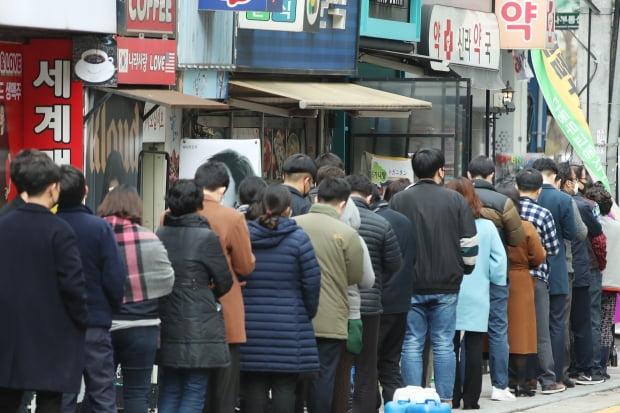 지난 7일 오후 서울 시내의 한 약국에서 시민들이 공적 마스크를 구매하기 위해 줄을 서 있다. 사진=연합뉴스
