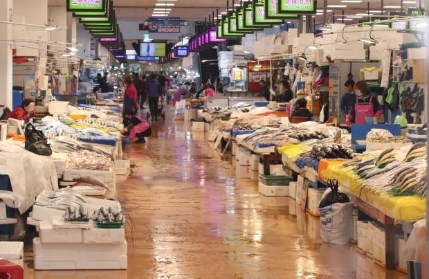 지난 26일 서울 동작구 노량진수산시장이 신종 코로나바이러스 감염증(코로나19) 여파로 손님이 줄어 한산한 모습을 보이고 있다. 사진=연합뉴스