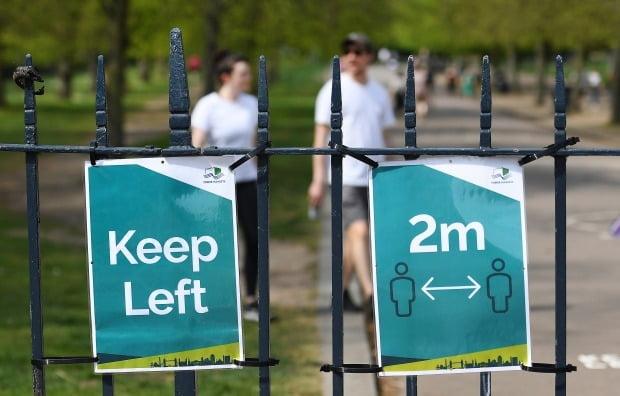 영국 런던 빅토리아 공원에 '사회적 거리두기' 권고문이 게시돼 있다.사진=EPA