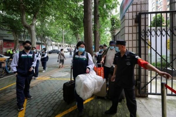 코로나19 발원지인 중국 우한에서 6일 고등학생들이 마스크를 착용한 채 등교하고 있다. 우한은 지난달 8일 76일 간의 봉쇄를 풀었고, 한 달 후인 6일 고교 3학년부터 등교를 시작했다. AP연합뉴스